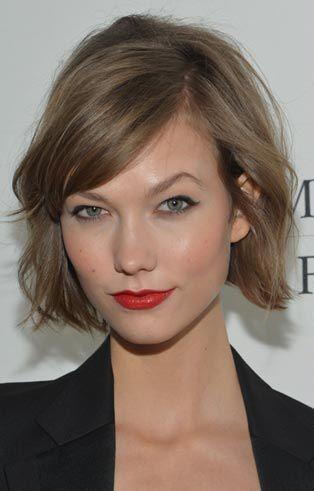 Labbra Rosse aranciate e riga di eyeliner in perfetto stile pin up
