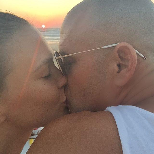 Bacio al tramonto per la coppia