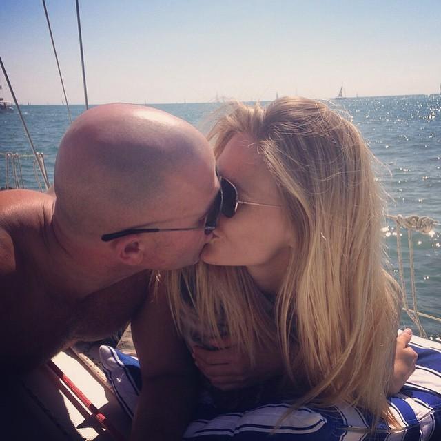 Bacio romantico per i promessi sposi