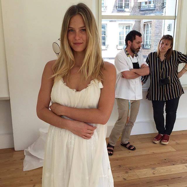 La top model a Parigi per la scelta dell'abito firmato Chloé