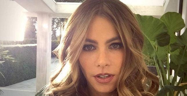 Sensuale ed elegante, Sofia Vergara sfoggia un male up luminoso e intenso
