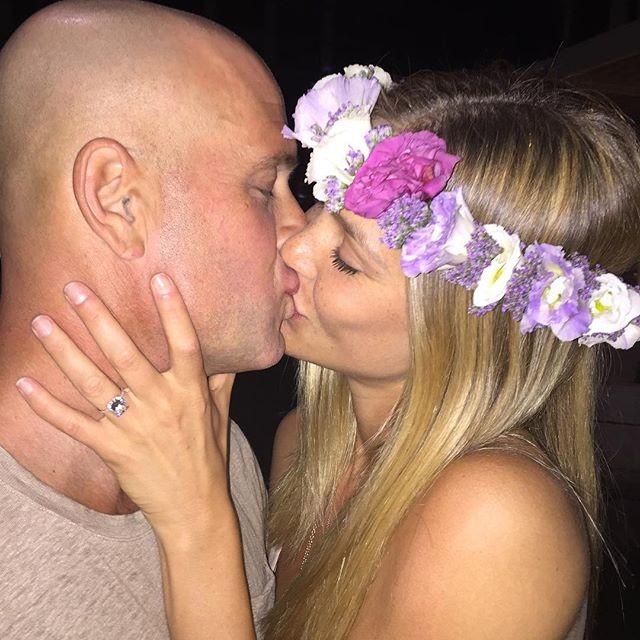 Un bel bacio per la top model e l'imprenditore