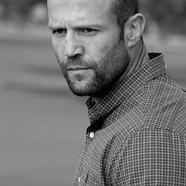 Jason Statham è un attore britannico conosciuto per i suoi ruoli in film famosi come Fast & Furious, I mercenari, Joker - Wild Card.