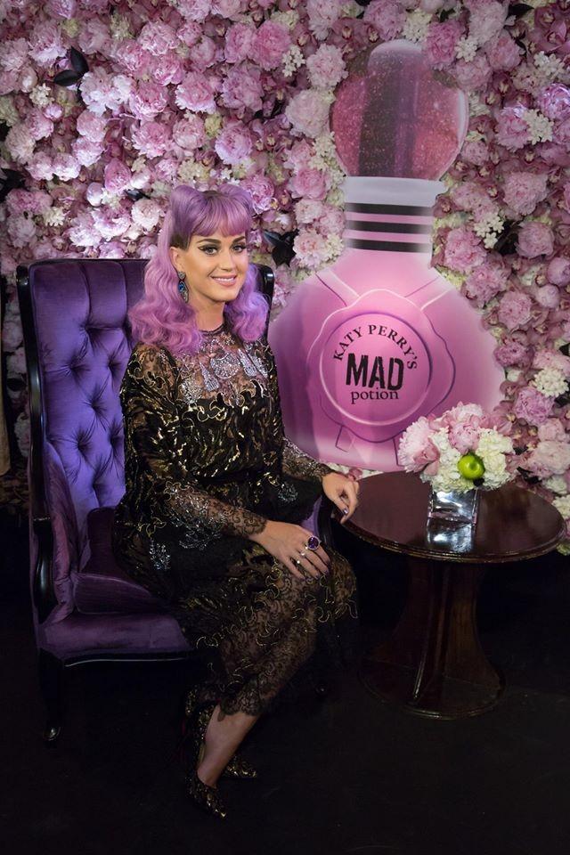 Katy Perry va pazza per i capelli colorati, non poteva non provare anche il rosa!