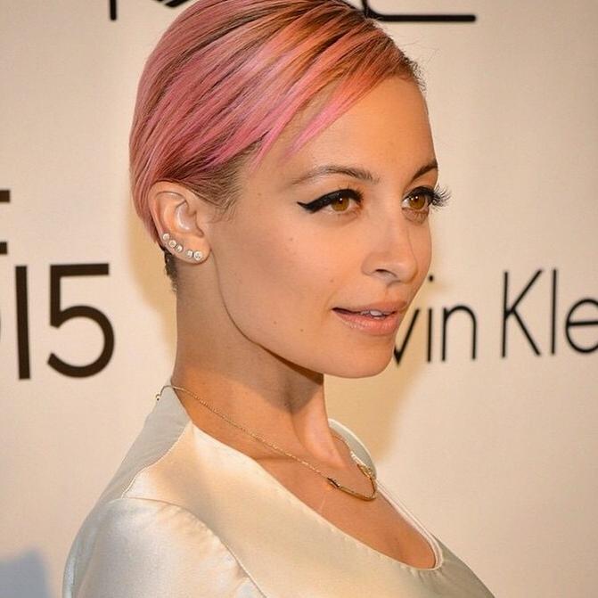 Nicole Richie porta un caschetto cortissimo rosa chiaro.