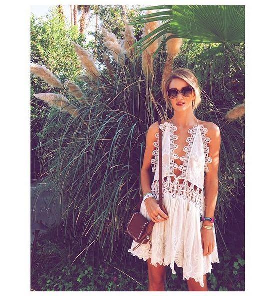 Abito bianco casual, in pieno stile anni Settanta, caratterizzato da pizzo, ricami e gonna larga indossato al Coachella 2015.