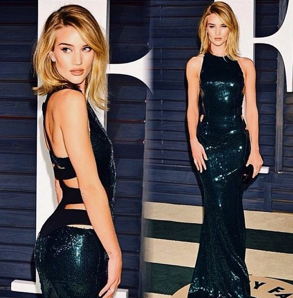 L'amore per le paillettes è riconfermato anche in abiti lunghi come questo indossato al Vanity Fair Oscar party.