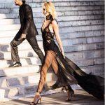 Altro abito lungo Versace nero, elegantissimo e che gioca tutto sulle trasparenze, caratterizzato anche da un lungo strascico in velo nero.