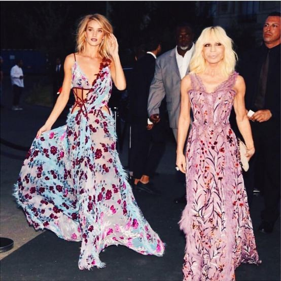 Gli abiti lunghi sono uno dei must have di Rosie, indossati principalmente agli eventi di moda: nella foto è accompagnata dalla stilista Donatella Versace e indossa proprio un suo abito.