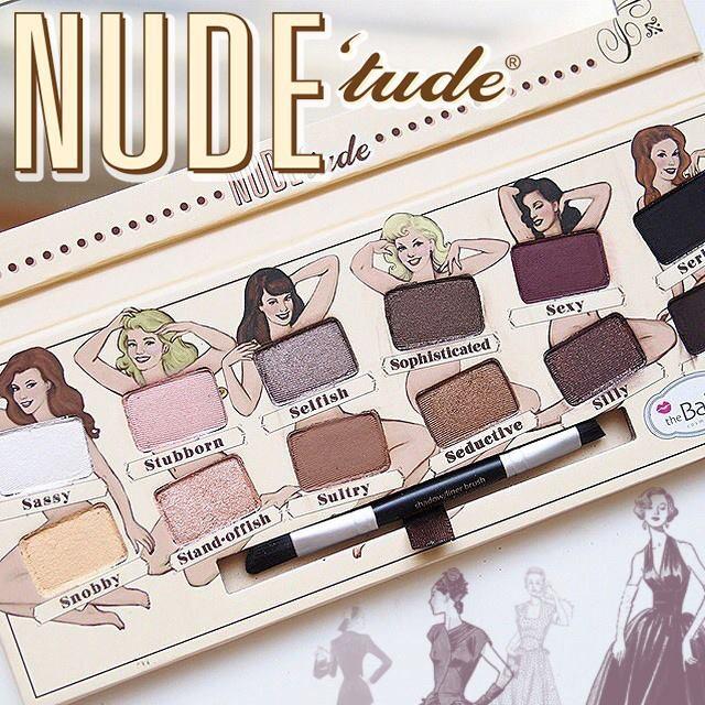 Per il trucco occhi una palette nude è quello di cui necessitiamo: un mix di colori shimmer e opachi per giocare sempre con look diversi. Questa è la palette Nude 'Tude di The Balm.