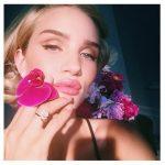 Di solito opta per una base viso fresca e luminosa, tanto mascara e un rossetto nude o rosa naturale.