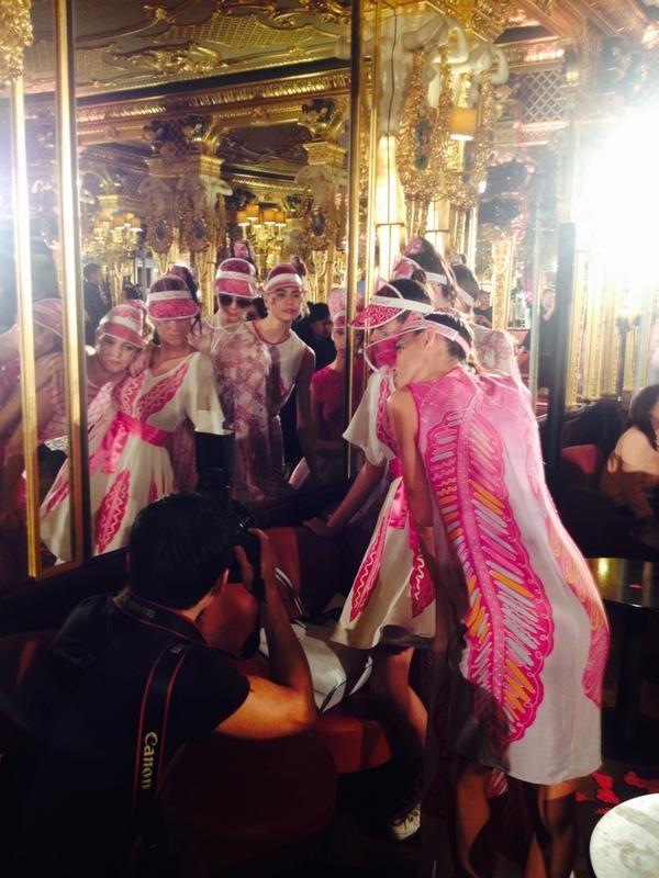 Backstage della sfilata Zandra Rhodes. Fonte: @zandra_rhodes su twitter