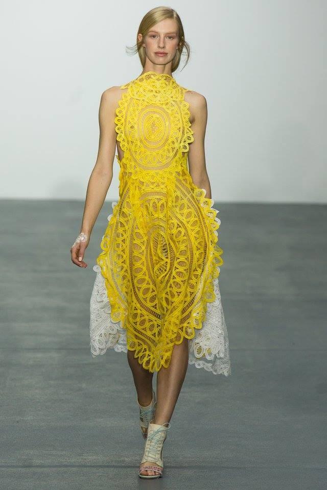 La tradizione incontra la moda e la femminilità nella passerella di Bora Aksu. Fonte: facebook.com/boraaksuofficial