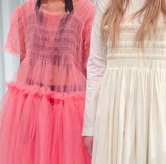 Dettaglio di due abiti della collezione da principessina grunge di Molly Goddard. fonte: @mollymgoddard su instagram