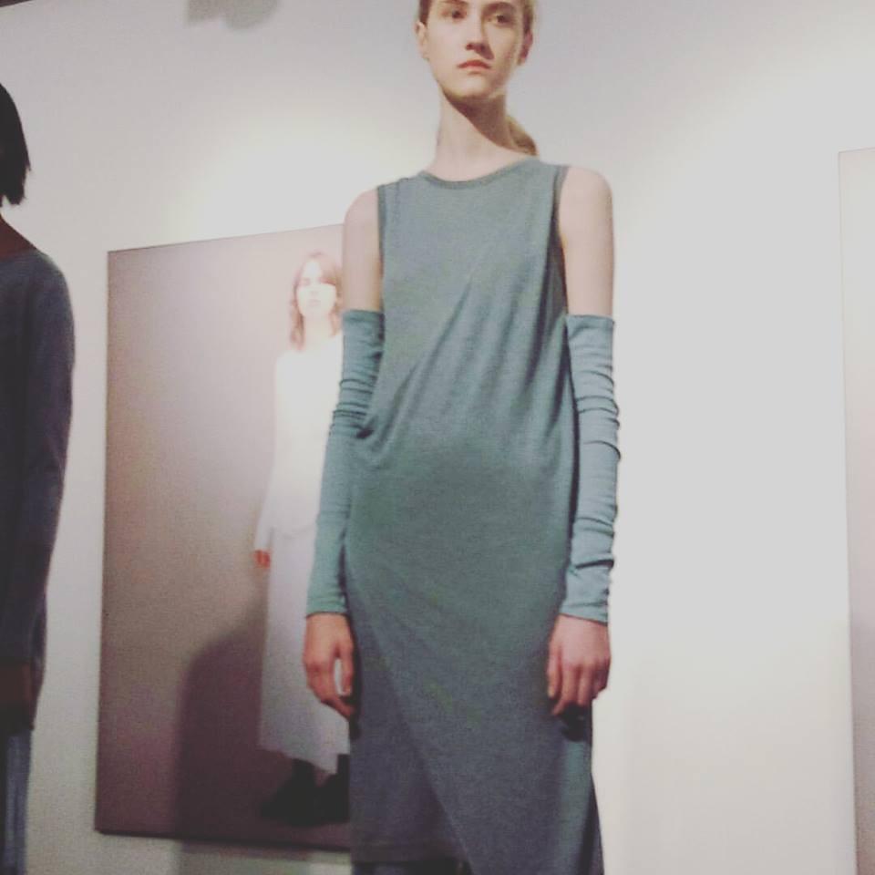 La bellezza dei filati e l'eleganza delle forme in uno dei modelli John Smedley. Fonte: facebook.com/johnsmedleyknitwear