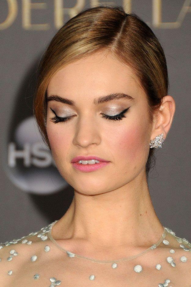 Lily James sceglie un tocco di eyeliner e di mascara nero per mettere in risalto gli occhi.