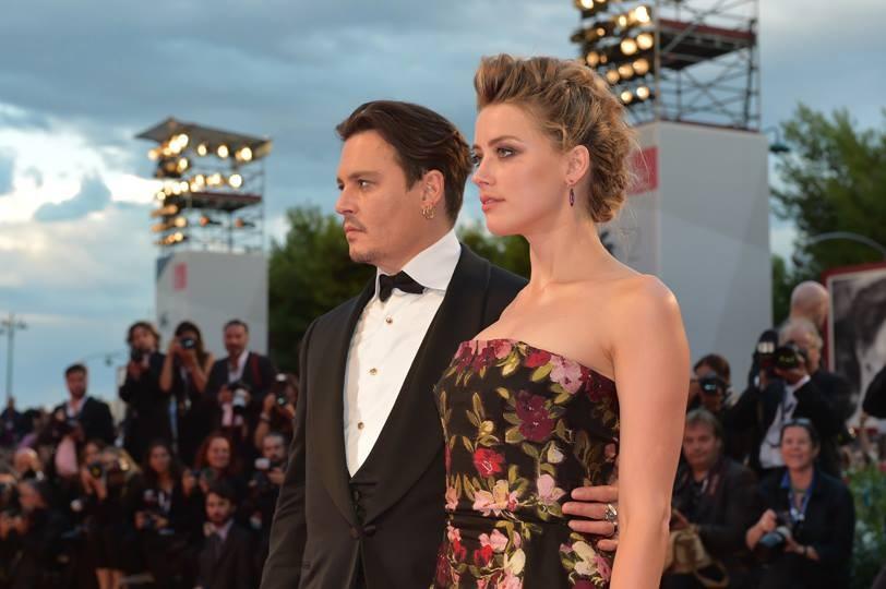 Amber Heard con Johnny Depp alla prima The Danish Girl sfoggia una pettinatura sofisticata con treccine