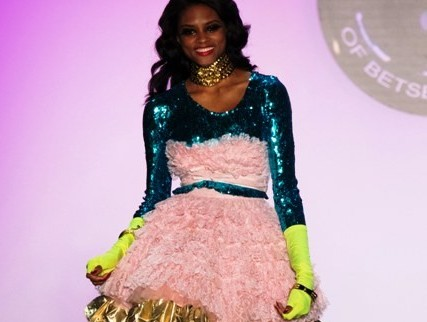 Betsey Johnson gonna ampia rosa con collant verdi fluo