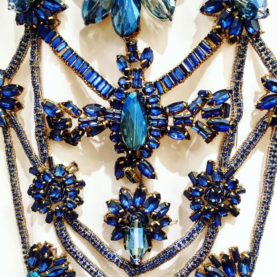 Dettaglio dei gioielli della collezione Badgley Mischka SS 2016