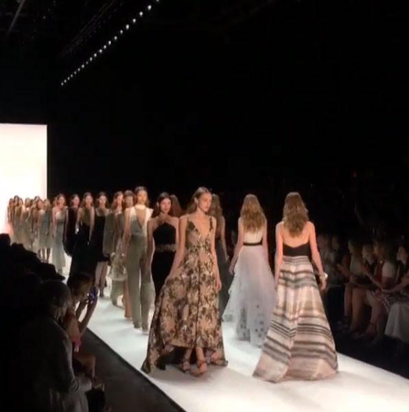 Gli abiti - corti e lunghi, da giorno e da sera - sono assoluti protagonisti della collezione Badgley Mischka SS 2016