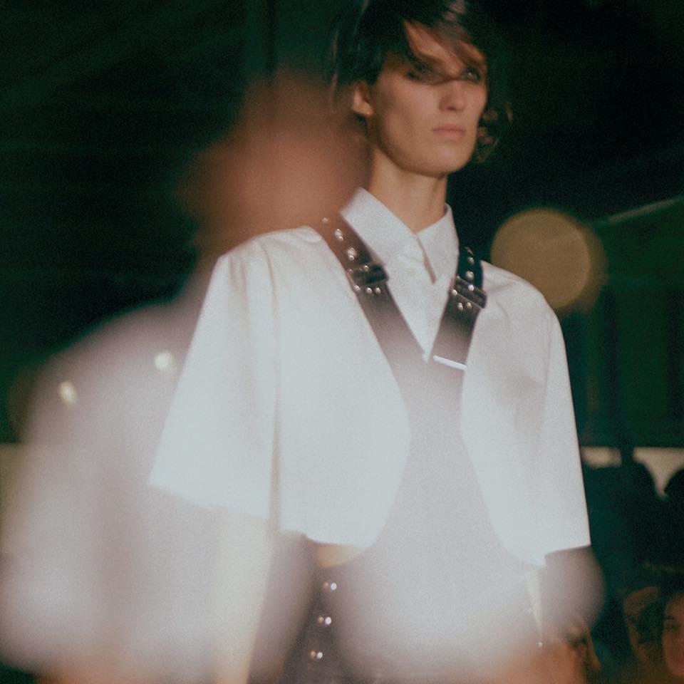 Vestito di pelle e camicia bianca: uno dei look più interessanti della collezione Diesel Black Gold SS 2016