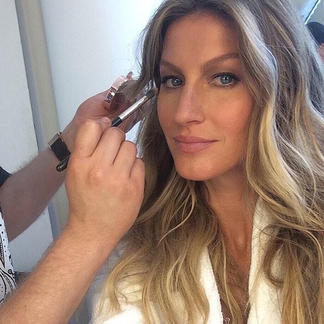 @GiseleBündchen - Instagram. Anche le supermodelle e le star hanno bisogno del make up giusto prima di un selfie.