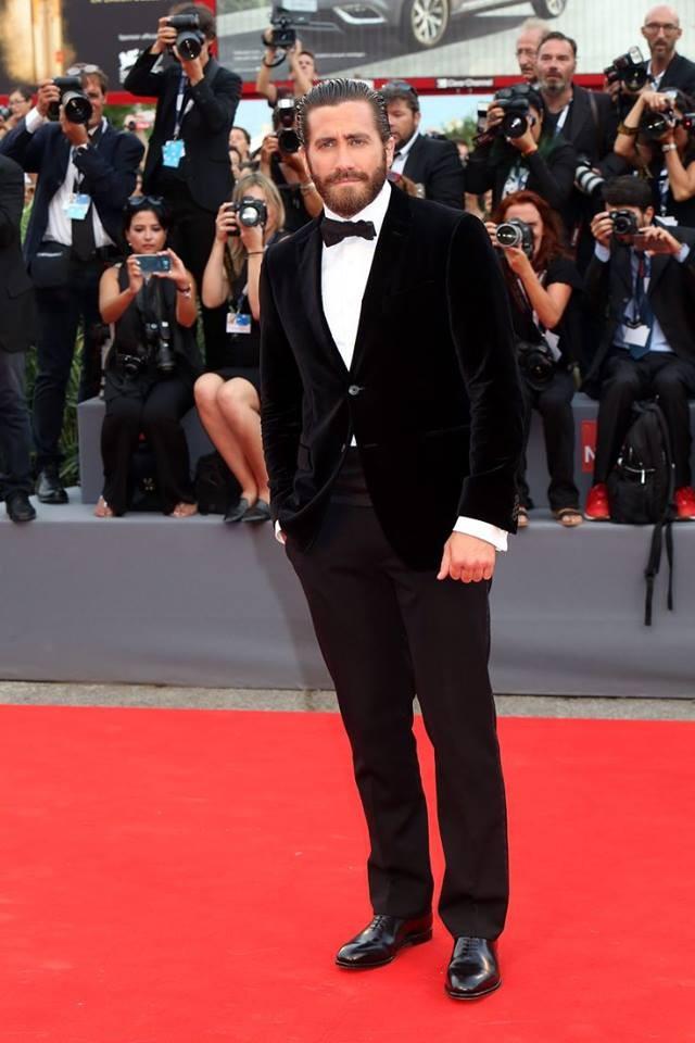 Jake Gyllenhaal alla prima di Everest con barbone e capelli pettinti all'indietro con il gel
