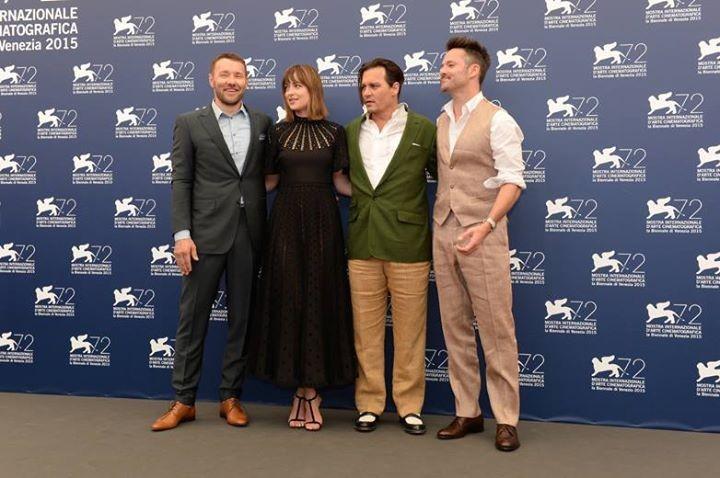 Un disastroso Johnny Depp posa con i colleghi di set Joel Edgerton e Dakota Johnson, impeccabile in Valentino, e il regista Scott Cooper