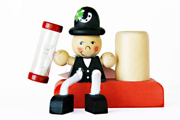 Porta spazzolino in legno smilepoint dotato di clessidra che funge da timer per lo spazzolamento dei denti dei bambini.