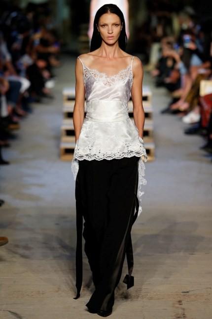 Givenchy pantalone nero e blusa bianca con dettagli in pizzo