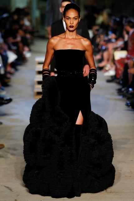 Givenchy abito nero con dettagli fur e spacco laterale