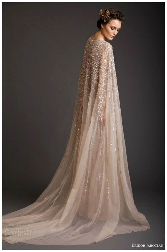 Mantello da sposa con applicazioni colore ecrù.