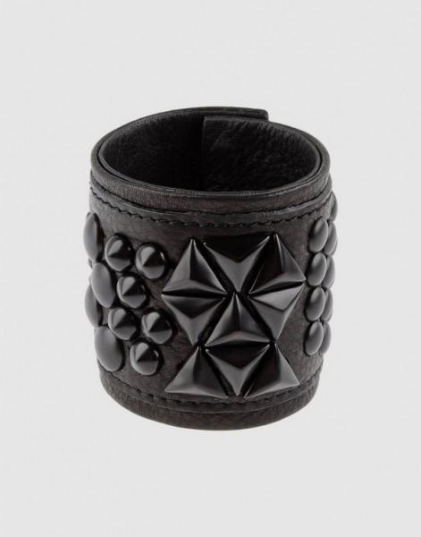 Maxi bracciale in pelle nera con borchie tono su tono (Eddie Borgo 96 euro)