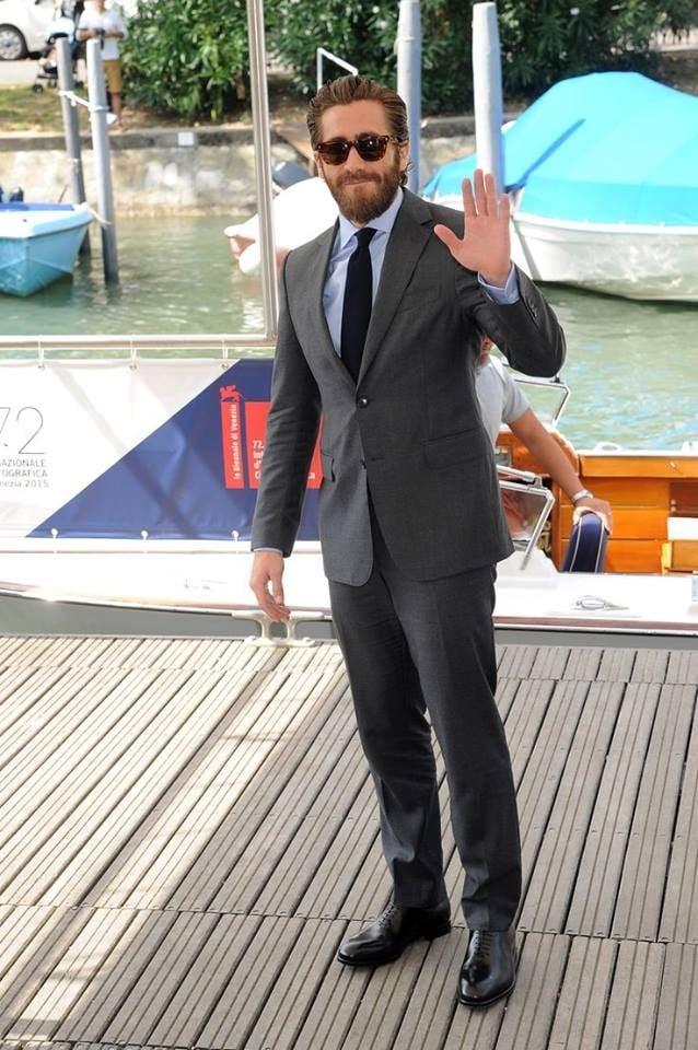 Jake Gyllenhaal in completo grigio da giorno di Salvatore Ferragamo