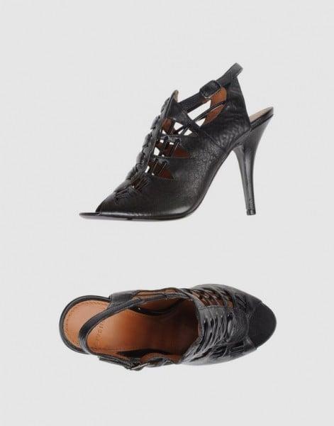 Sandali Givenchy in pelle nera stringata e fibbietta laterale (318 euro)