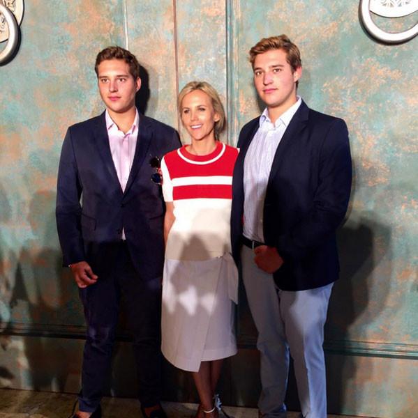Tory Burch posa con i figli alla sfilata primavera-estate 2016