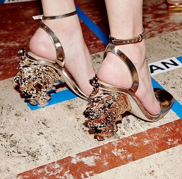 Dettagli di stile da Tory Burch primavera-estate 2016: sandali con tacco scultura