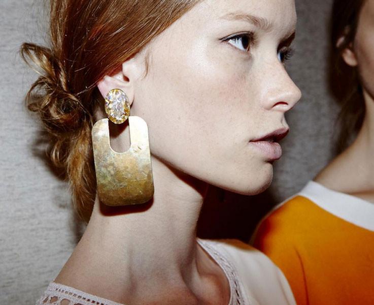Dettagli di stile da Tory Burch primavera-estate 2016: grandi orecchini