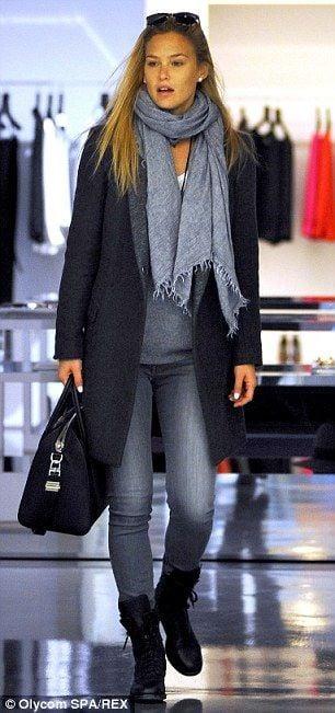 Un giro di shopping con un look assolutamente casual con una lunga pashmina