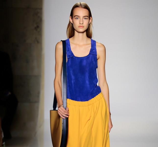 Victoria Beckham ampia gonna gialla con canotta blu elettrico