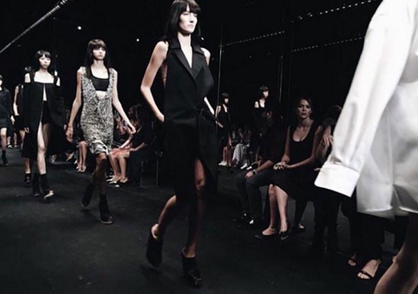 Un modello della collezione Vera Wang SS 2016