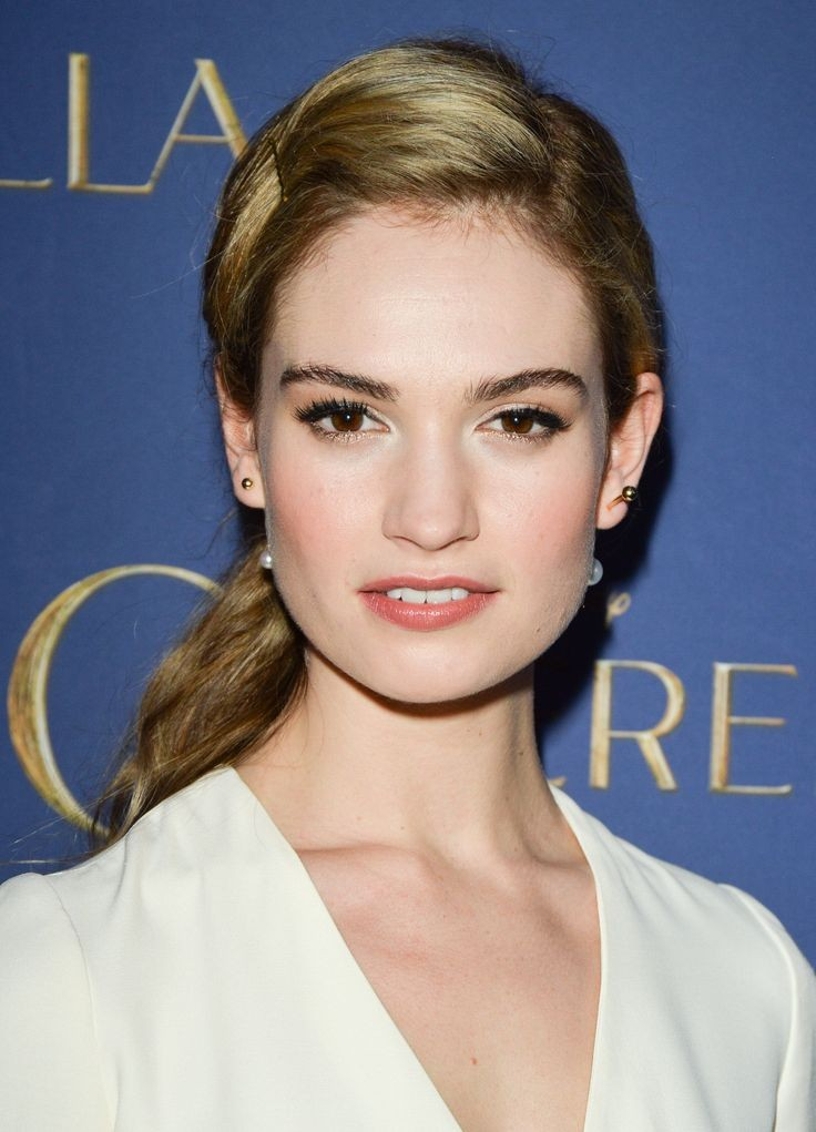 Lily James predilige un makeup che le conferisca un aspetto fresco e curato.