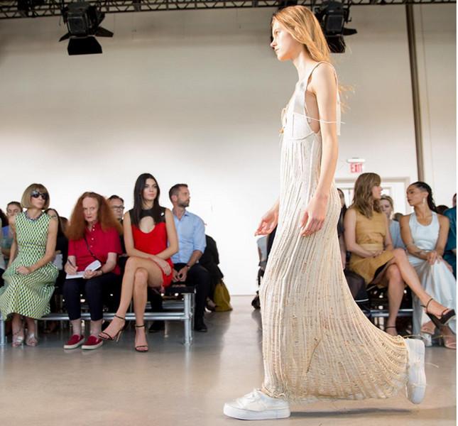 Calvin Klein long dress con catenina e tagli ricuciti