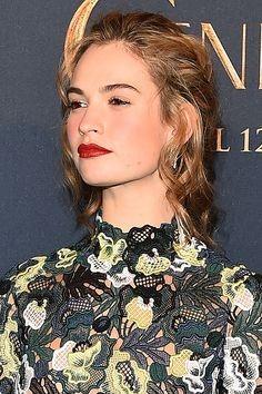 Lily James osa in rare occasioni con il rossetto rosso.