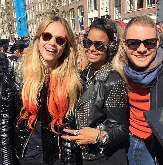 Anche Natasha ha ceduto al fascino dei capelli colorati: in questa foto la vediamo con le lunghezze colorate di arancione fluo