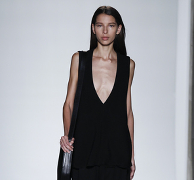 Victoria Beckham abito nero con scollatura profonda