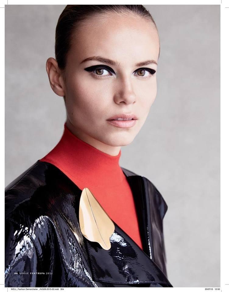 Make up super definito e scenico realizzato con un ombretto nero opaco. Labbra naturali per dare maggiore risalto agli occhi.
