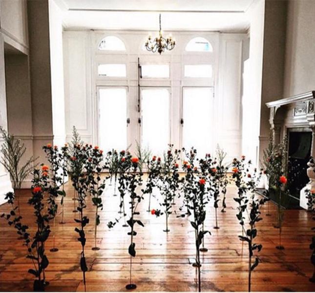 Markus Lupfer fiori sul pavimento