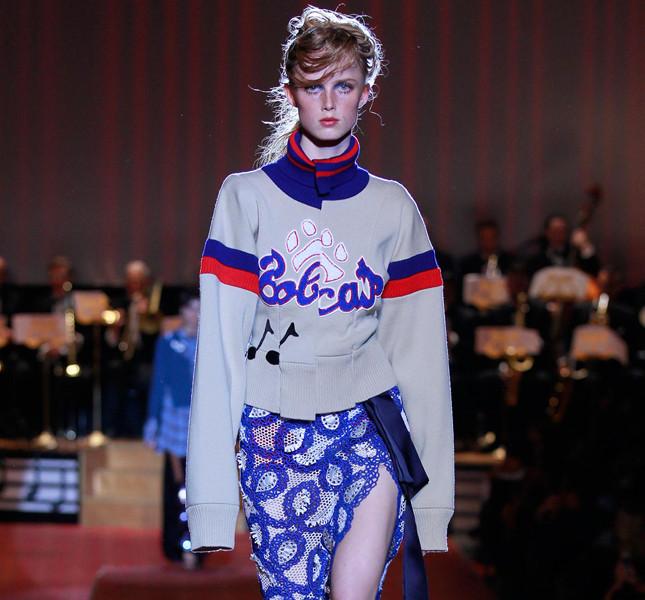 Marc Jacobs maglione con stampa e gonna con spacco laterale