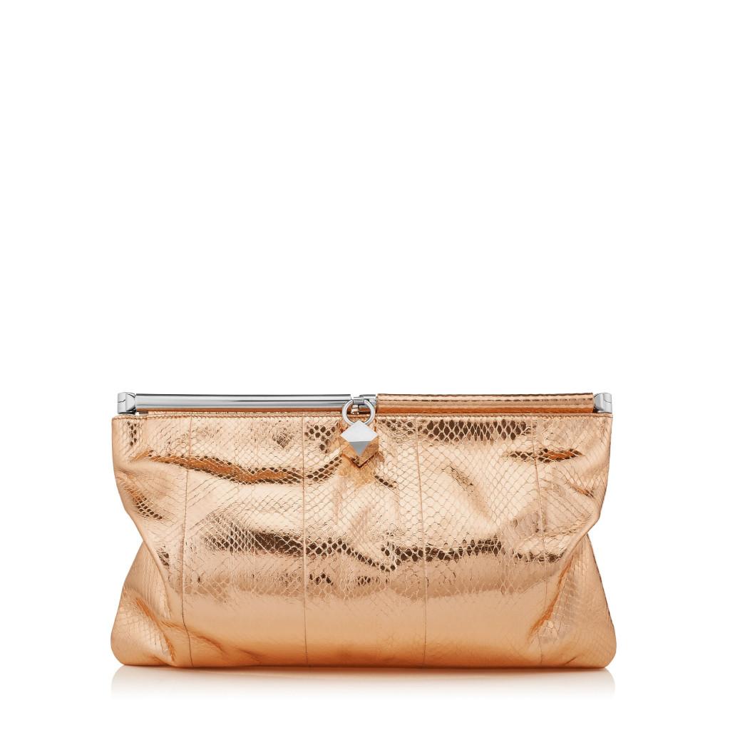 Un'elegante clutch bag effetto nude.
